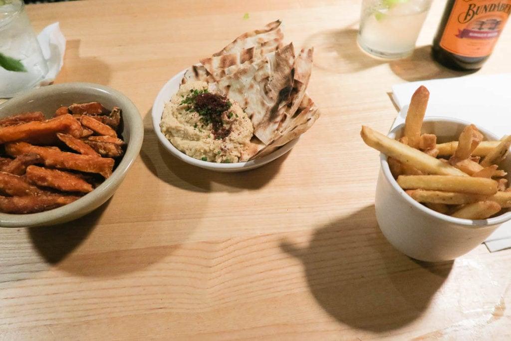 Manchester Travel Guide: Normale Chips, Süßkartoffel Chips und Hummus