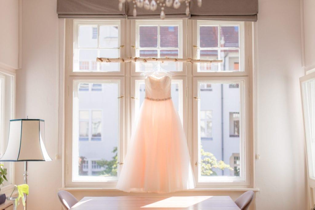 Brautkleid im Fenster beleuchtet durch Gegenlicht