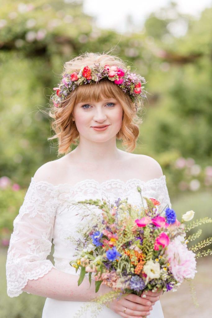 Standesamtliche Trauung im Botanischen Garten in Berlin - Braut mit Wildblumen