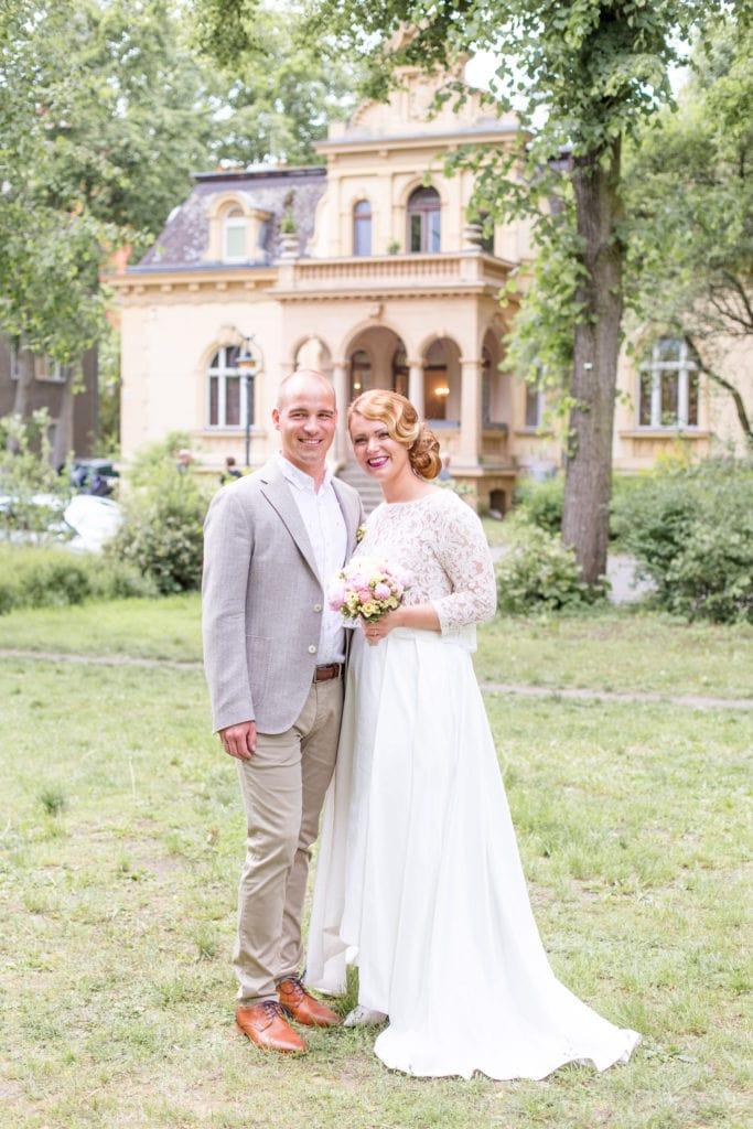 Brautpaar vor der Hochzeitsvilla in Berlin Zehlendorf