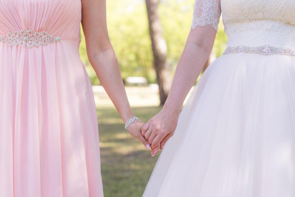 Schwestern halten Hände