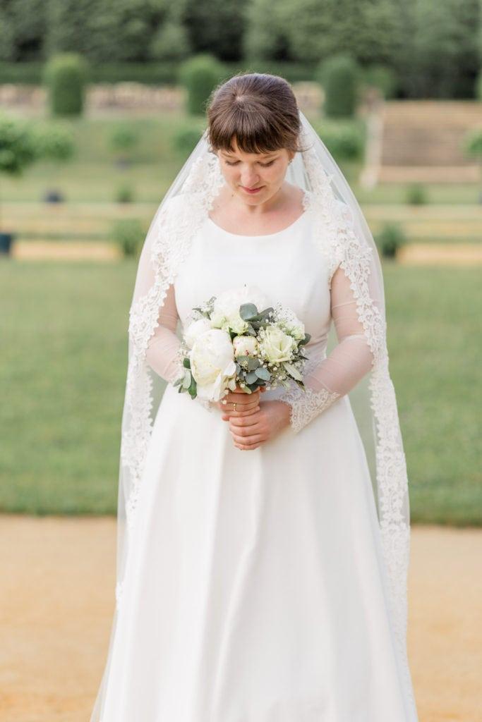 Brautportait mit Brautstrauß im Barockgarten Großsedlitz in Sachsen