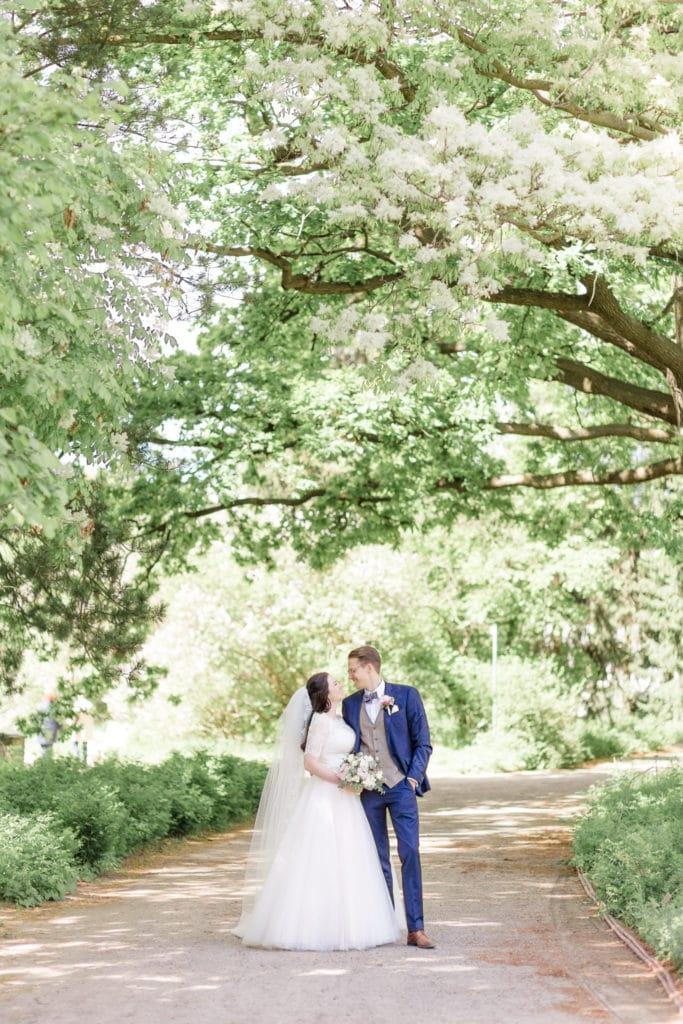 Brautpaar unter Bäumen im Park