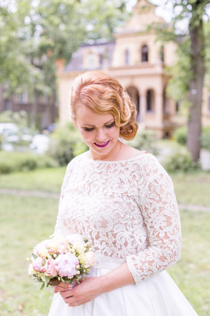 Braut vor der Hochzeitsvilla Berlin Zehlendorf