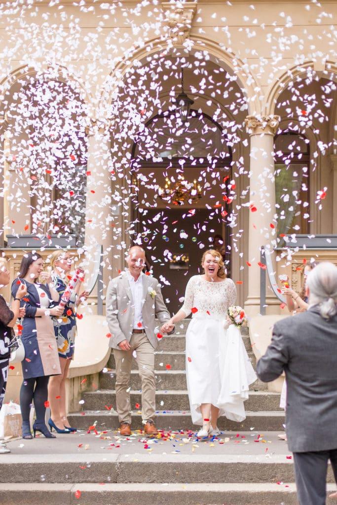 Brautpaar im Konfettiregen bei der Hochzeitsvilla in Berlin Zehlendorf