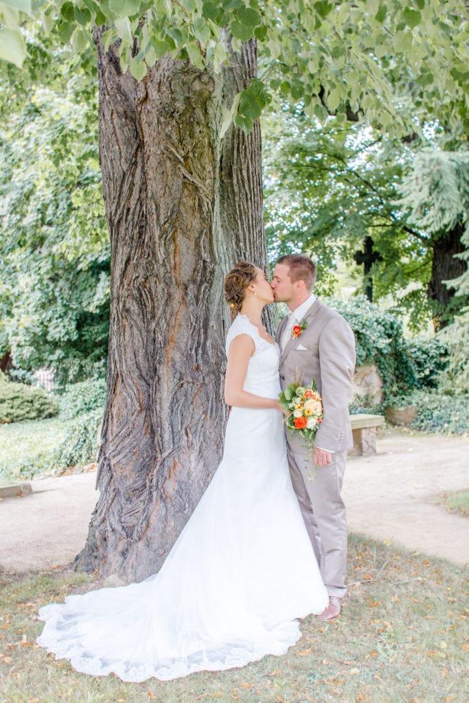 Brautpaar im Park unter einem Baum