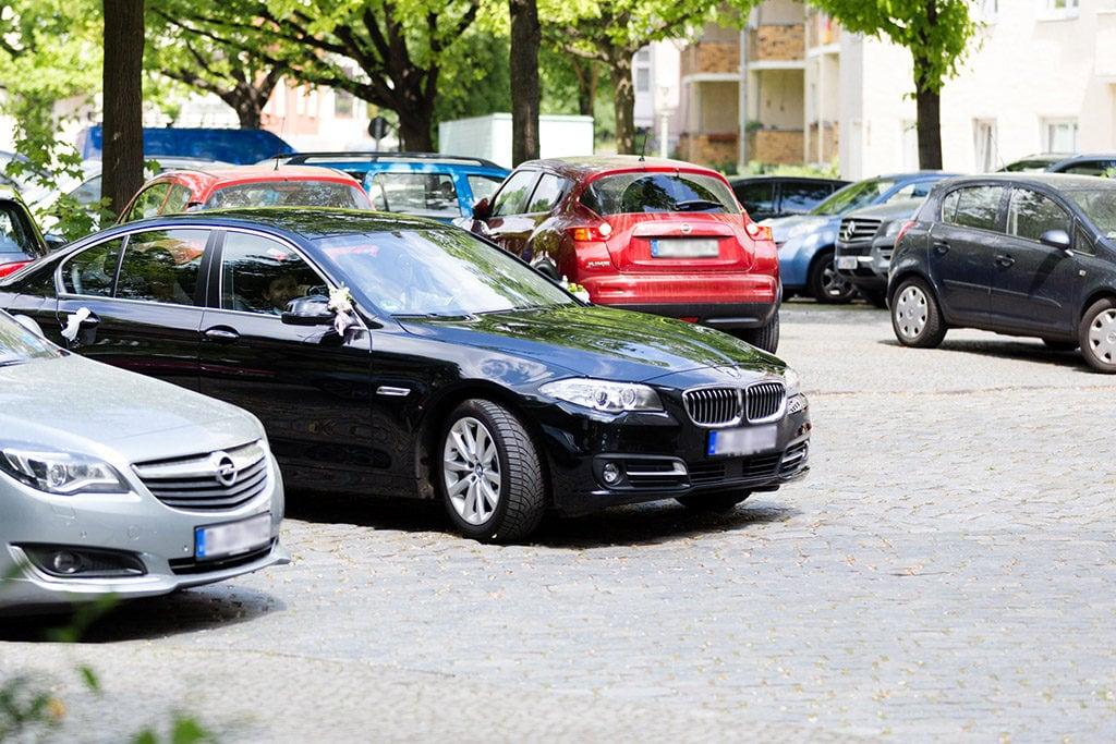 Das Brautauto und Autoschmuck - Dezente Schleifen am Spiegel und Türgriff
