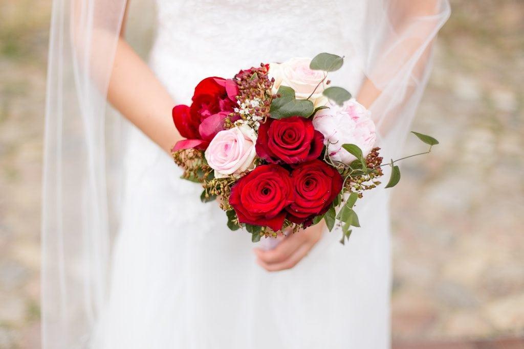 Ein Biedermeierstrauß mit Rosen