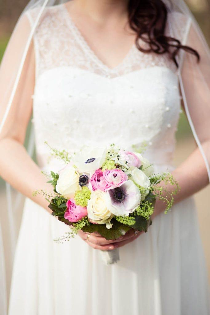 Ein Biedermeierstrauß mit verschiedenen Blumenarten