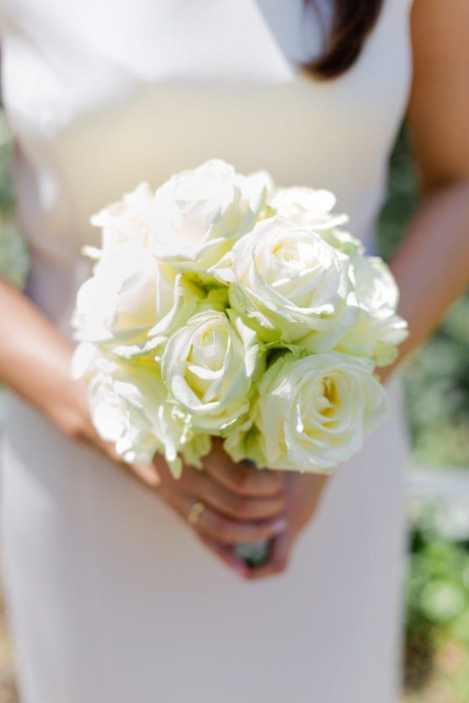 Ein Biedermeierstrauß aus weißen Rosen