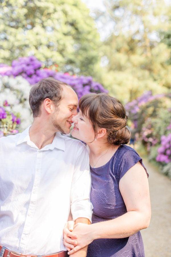 Buntes Verlobungsshooting im Rhododendronhain und Weinberg in Dresden