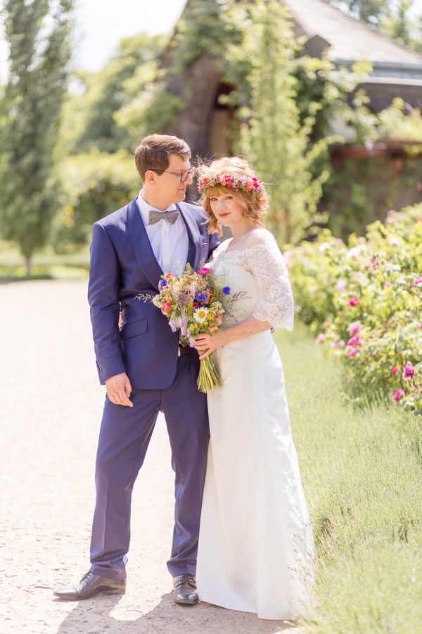 Standesamtliche Trauung von Nina und Willi mit Wildblumen in Berlin