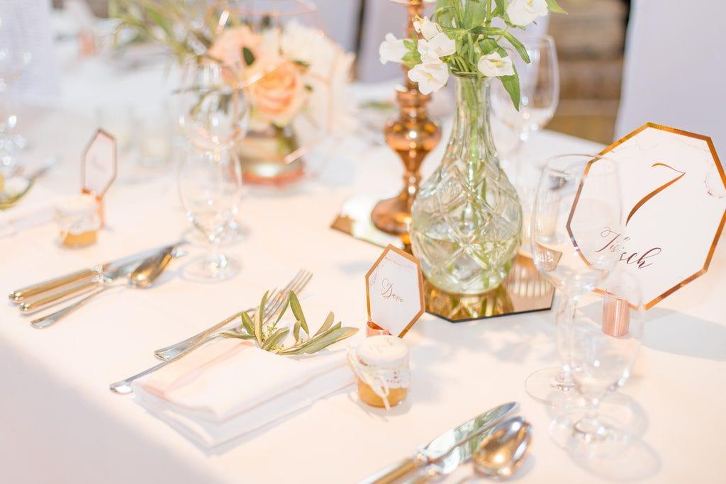 Honig als Gastgeschenk passend zum Konzept der Hochzeit
