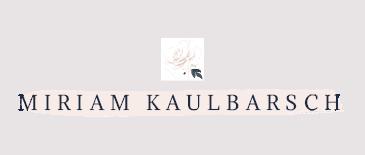 Schriftzug mit einer Rose und rosa Hintergrund: Hochzeitsfotograf in Berlin Miriam Kaulbarsch Logo