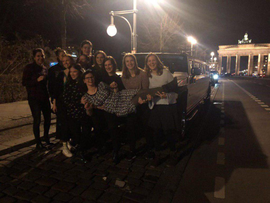 Party Limousine und Gruppenfoto vor dem Brandenburger Tor