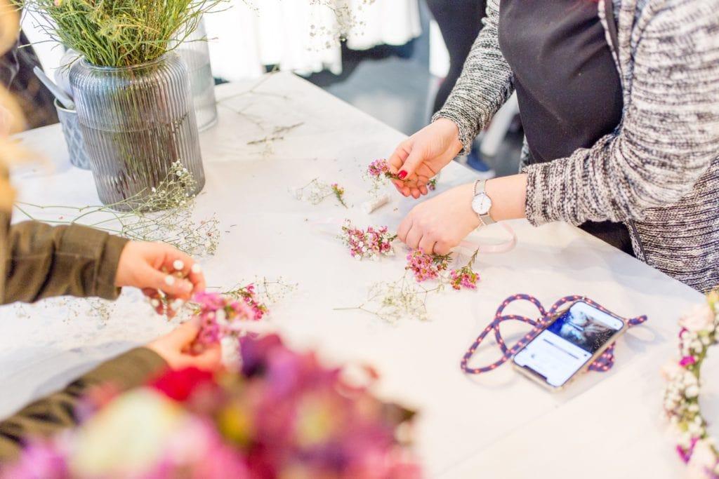 Mit dem Grünschnabel eigene Blumenkranz-Armbänder herstellen