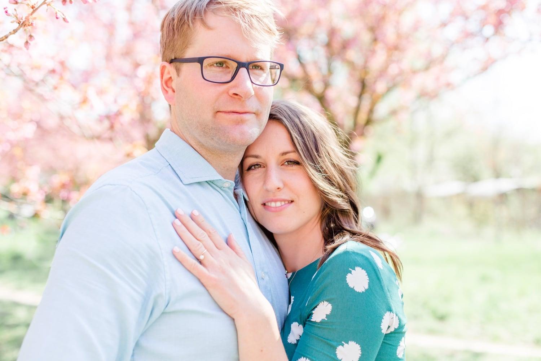 Verlobungsshooting Svenja und Felix in Kirschblüten in Berlin