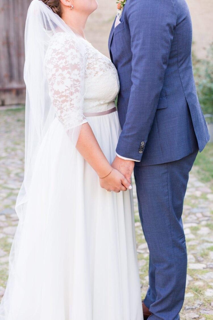 Portfolio Hochzeiten - Liebe Worte - Paar, welches sich gegenübersteht und an den Händen festhält.