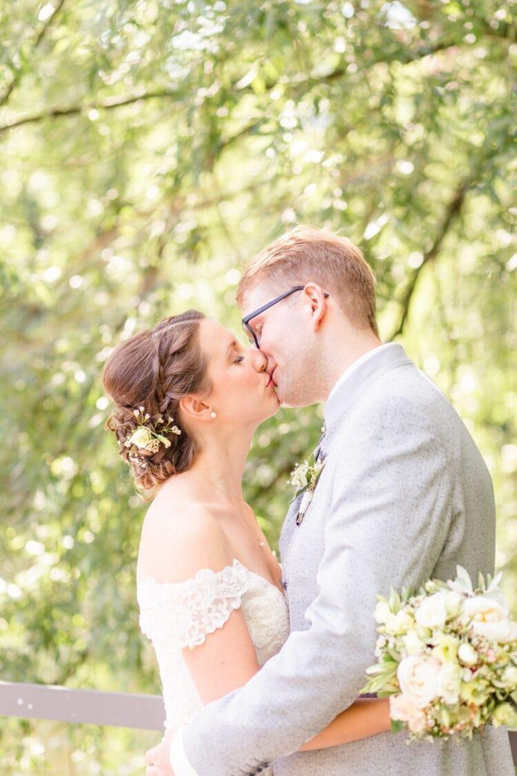Portfolio Hochzeiten - Liebe Worte - Hochzeitspaar, welches sich küsst