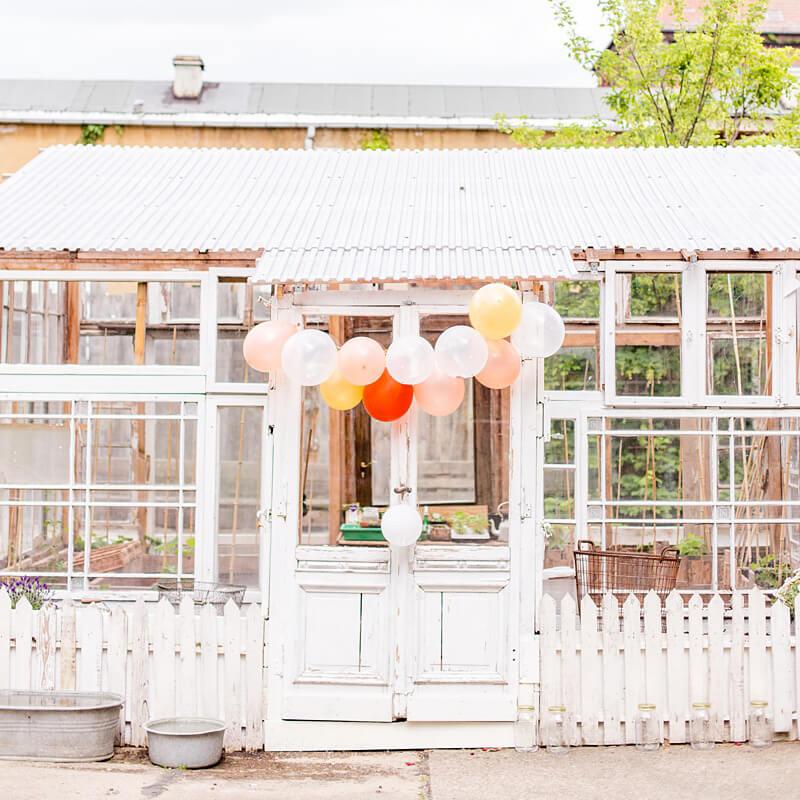 Vintage Glashaus mit bunten Ballons