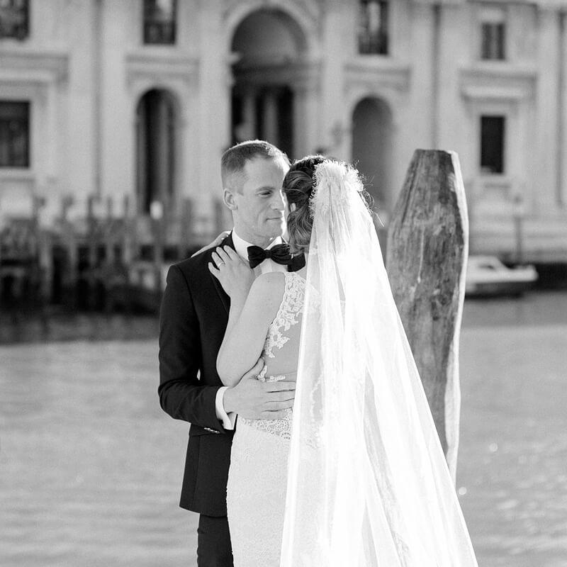 Schwarz Weiß Foto: Brautpaar in Venedig am Kanal