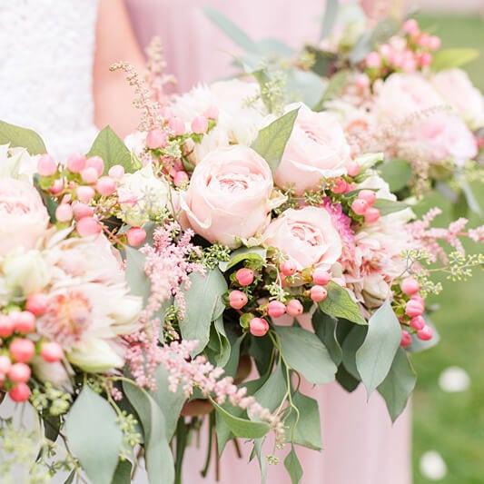 Nahaufnahme von Brautsträußen