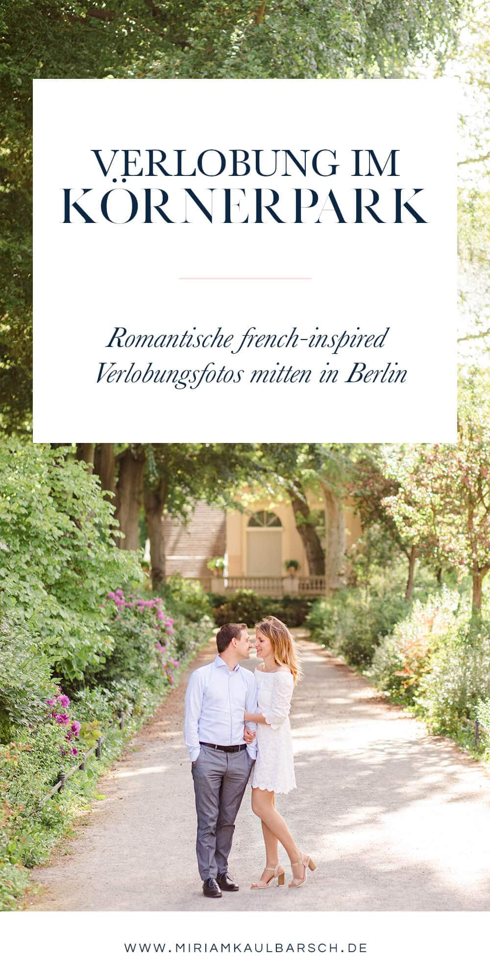 Pärchen im Park unter Bäumen mit Text - Verlobung