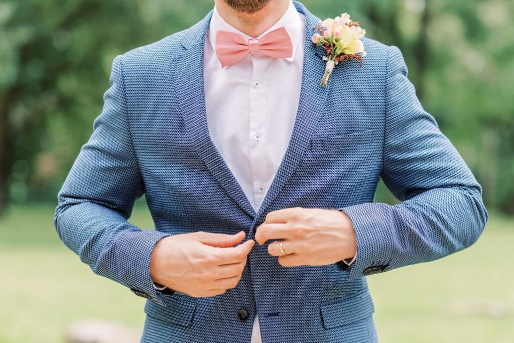Nahaufnahme wie Bräutigam das Jackett zuknöpft