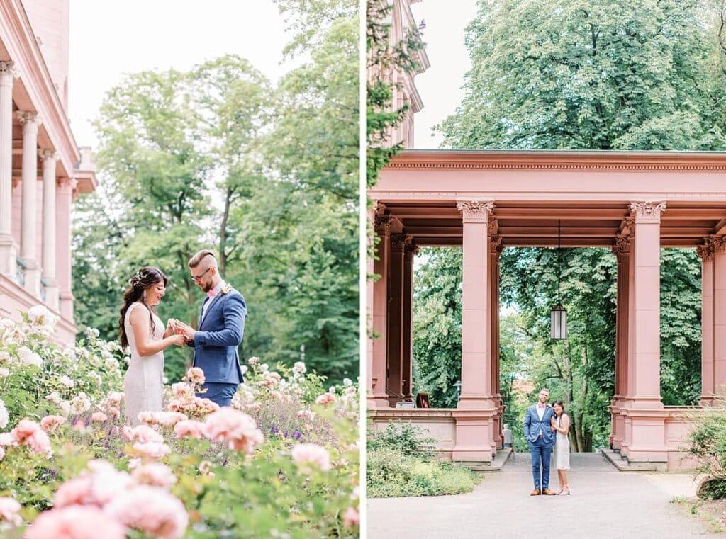 Brautpaar inmitten von Blumen und vor dem Schlosseingang