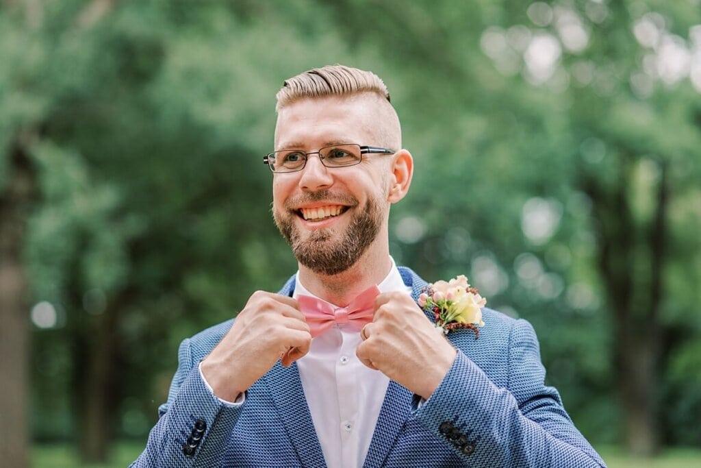 Bräutigam richtet seine Fliege