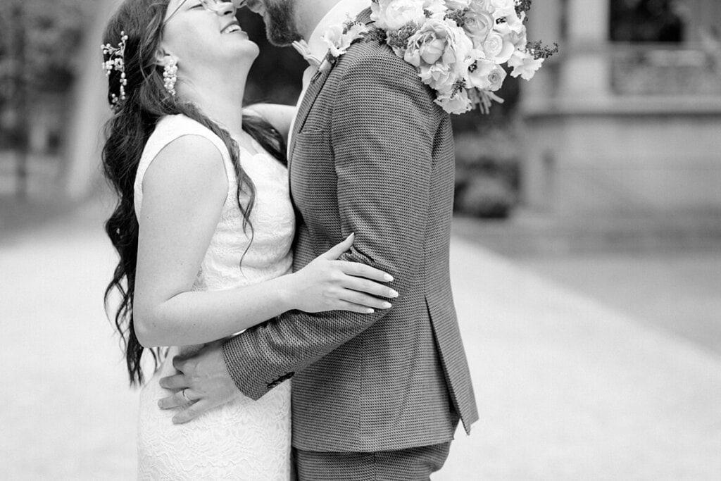 Schwarz weiß Foto eines Brautpaares, welches sich umarmt und lacht