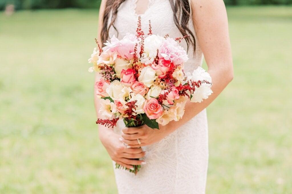 Nahaufnahme Brautstrauß wird von Braut gehalten