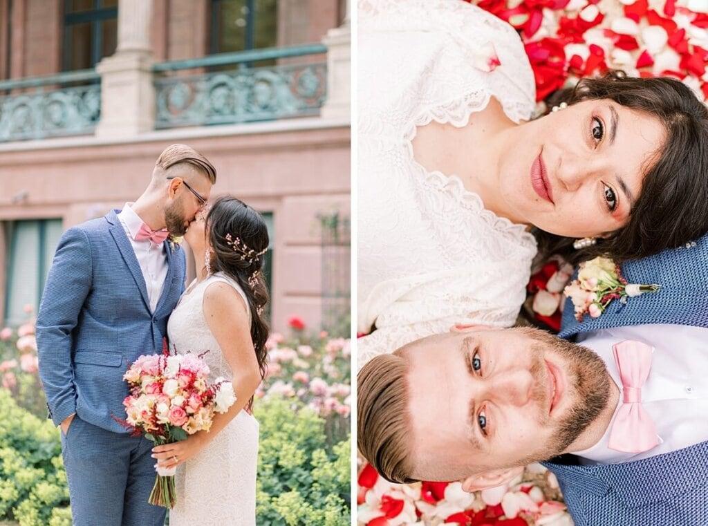 Brautpaar küsst sich und liegt auf Rosenblättern