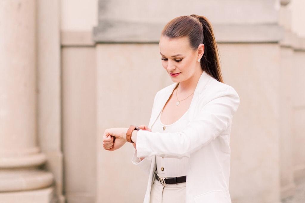 Hochzeitsplaner schaut auf ihre Uhr
