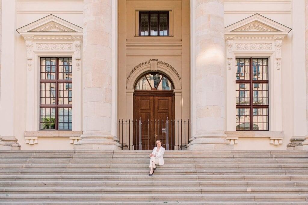 Frau auf Stufen des Deutschen Doms sitzend