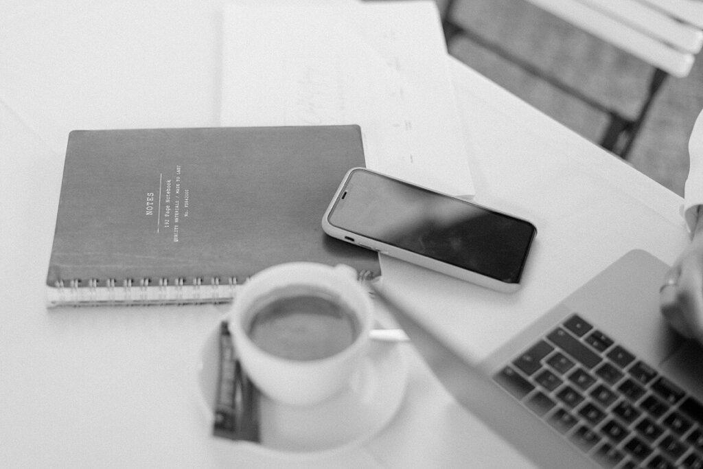 Schwarz Weiß Foto Notizbuch, Kaffee und Handy