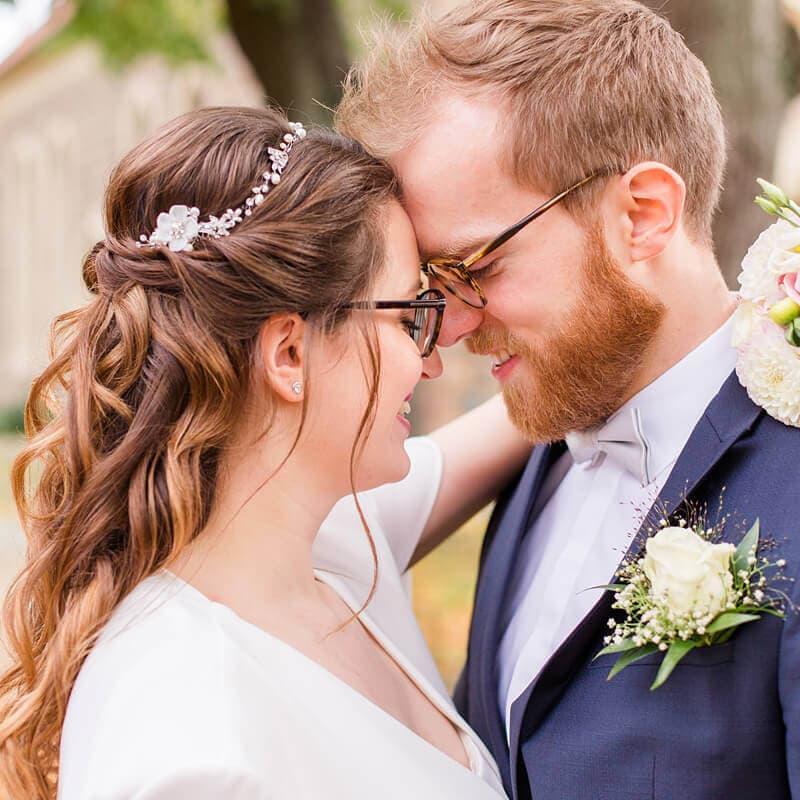 Brautpaar hat Stirn an Stirn gelegt