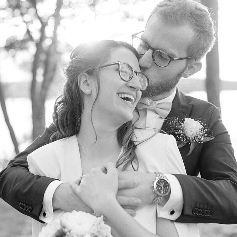 Schwarz Weiß Bild eines fröhlichen Brautpaares - Hochzeitsfotograf Berlin - Miriam Kaulbarsch