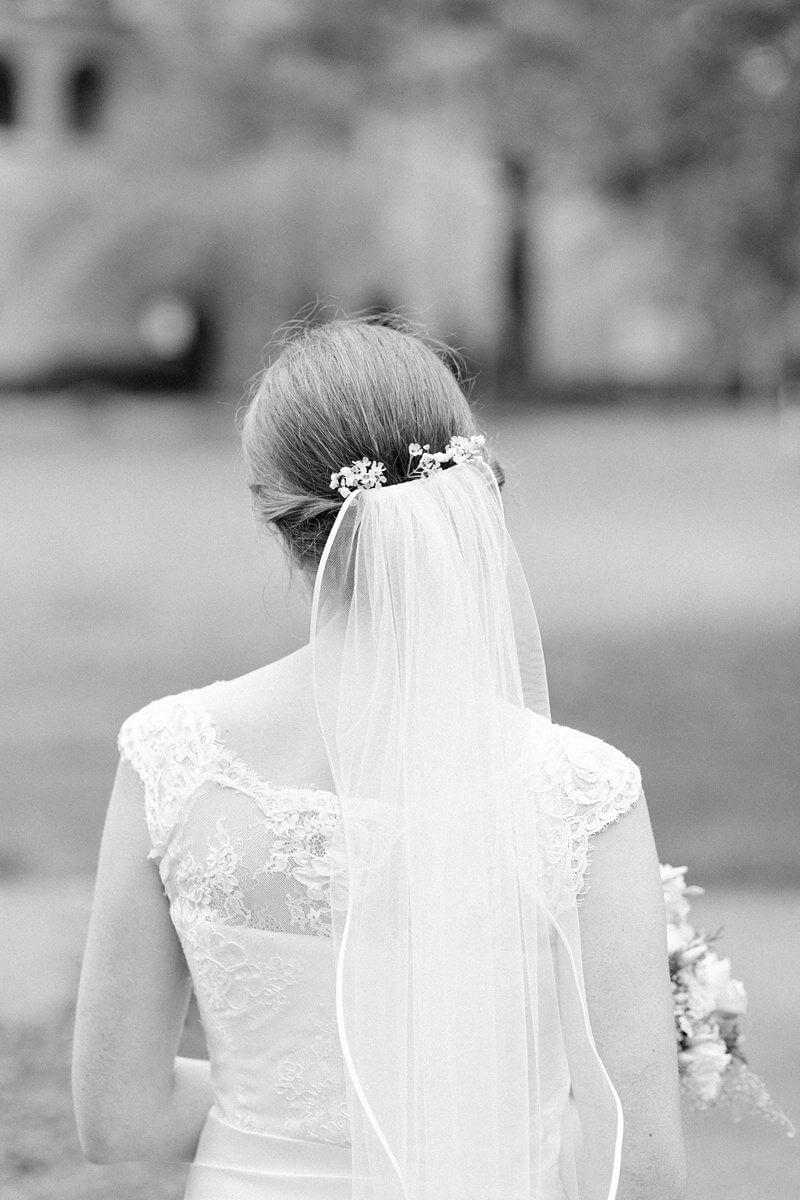 Braut mit Schleier von hinten