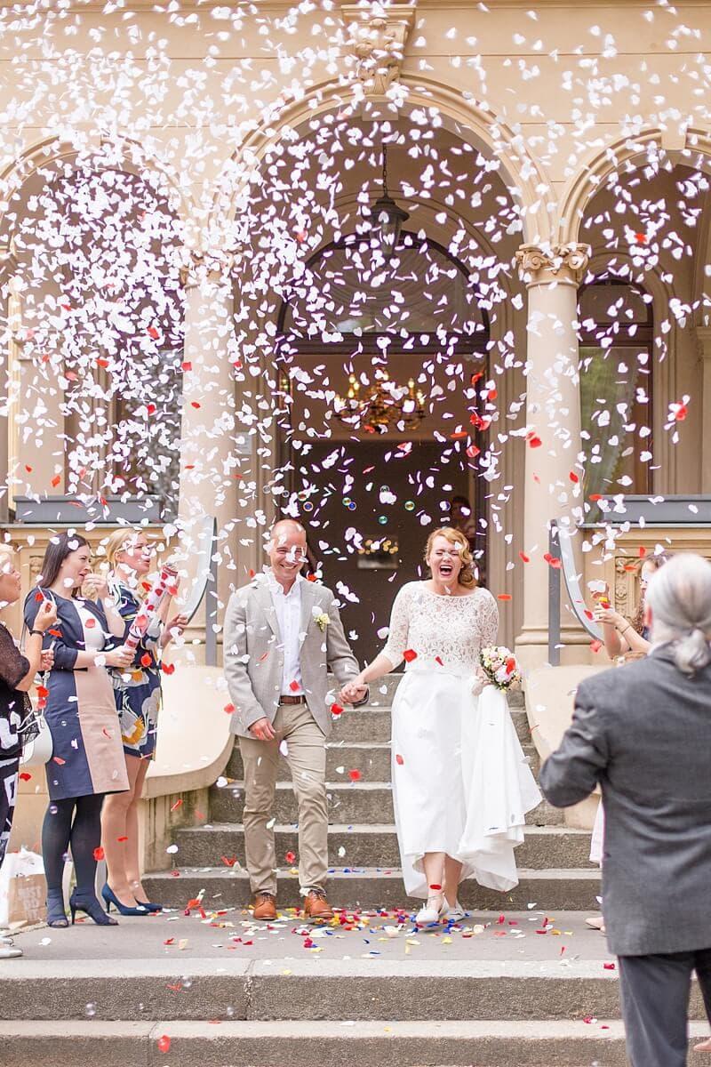 Brautpaar verlässt Hochzeitsvilla Berlin Zehlendorf im Konfetti Regen