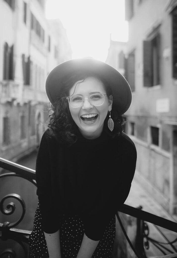 Portrait einer lachenden Frau mit Hut in Venedig - Hochzeitsfotograf Berlin - Miriam Kaulbarsch