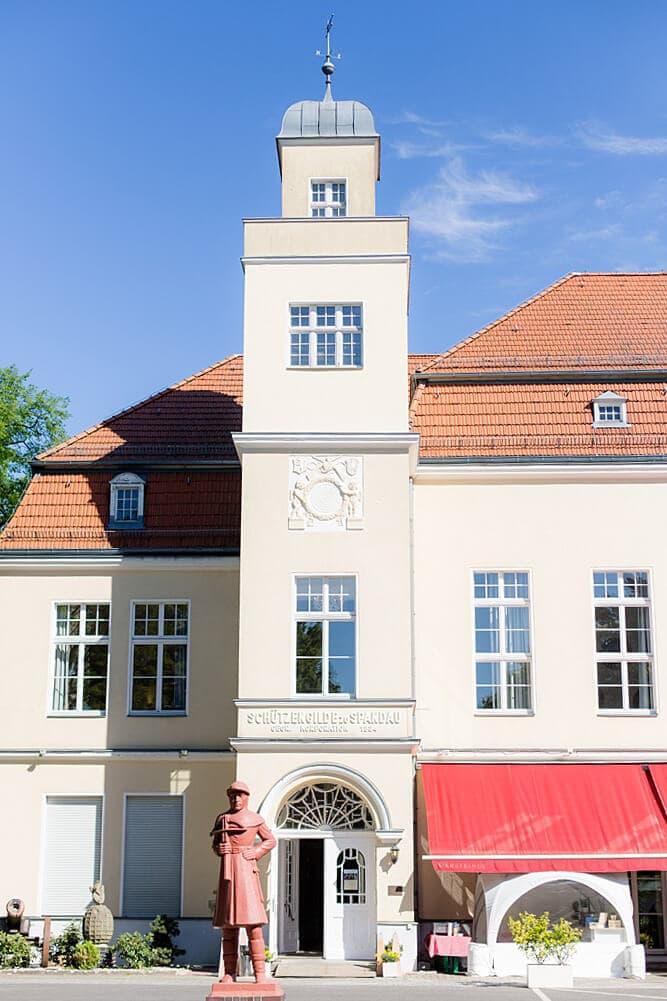 Gebäude der Villa Schützenhof in Berlin Spandau mit blauem Himmel
