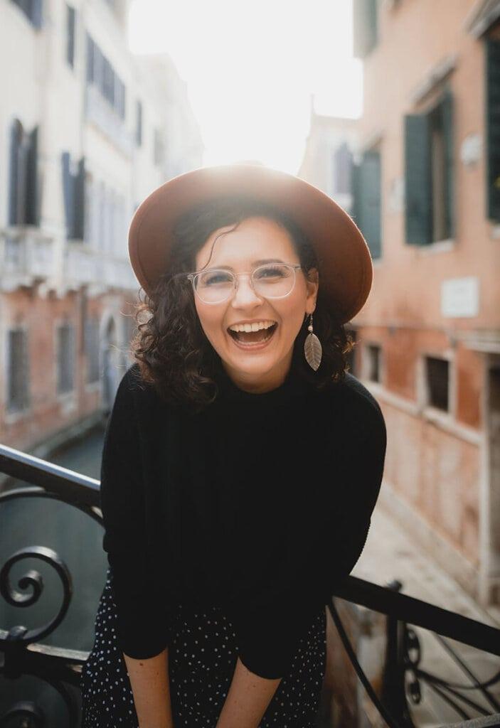 Lachende Frau in Venedig mit Hut