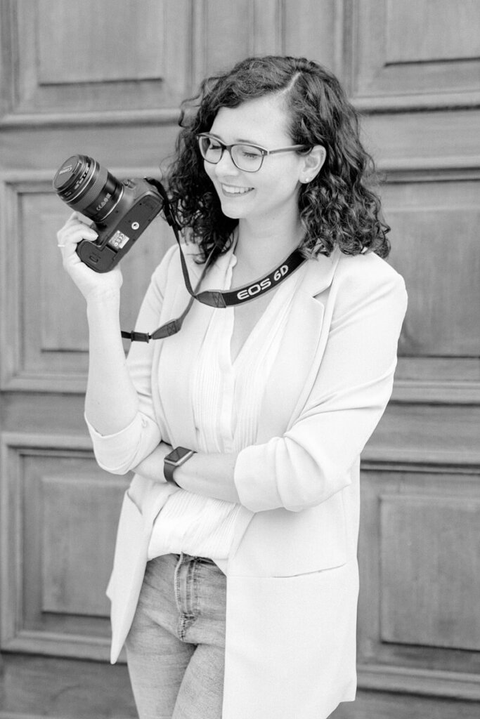 Schwarz Weiß Foto einer Frau mit Kamera
