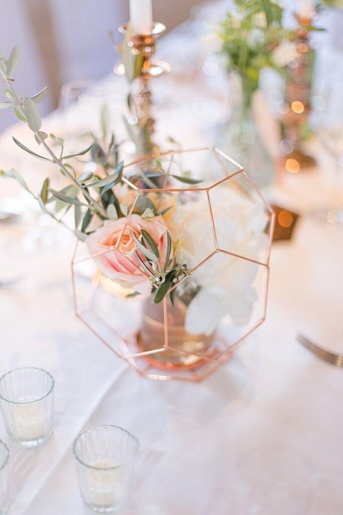 Hochzeitsdekoration auf Tisch - Roségoldenes Sechseck mit Blumen