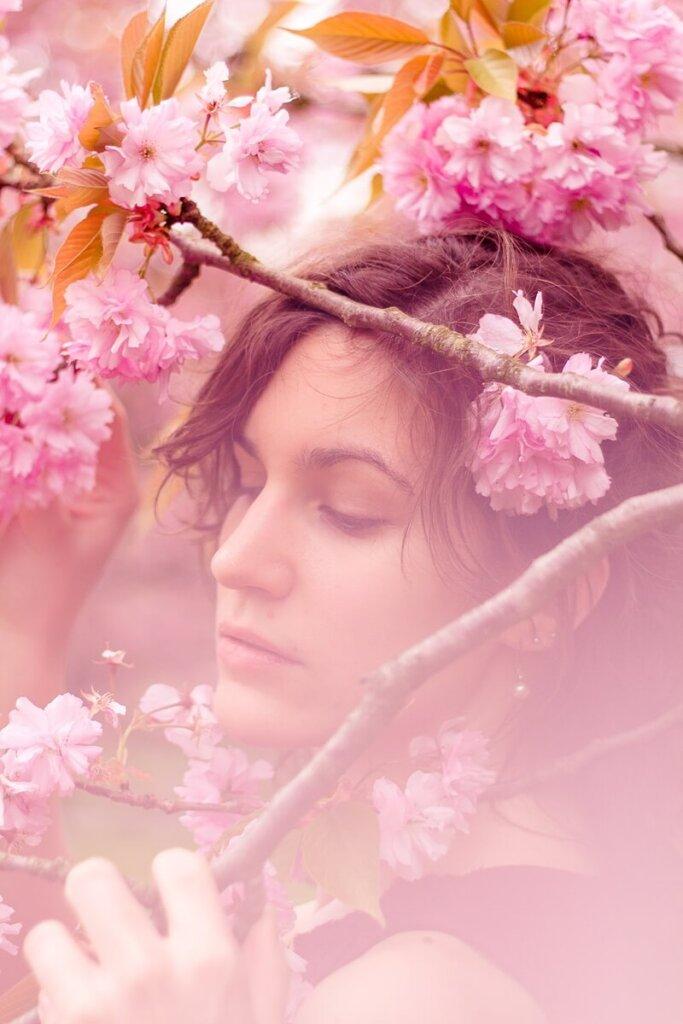 Portrait einer Frau hinter Kirschblüten