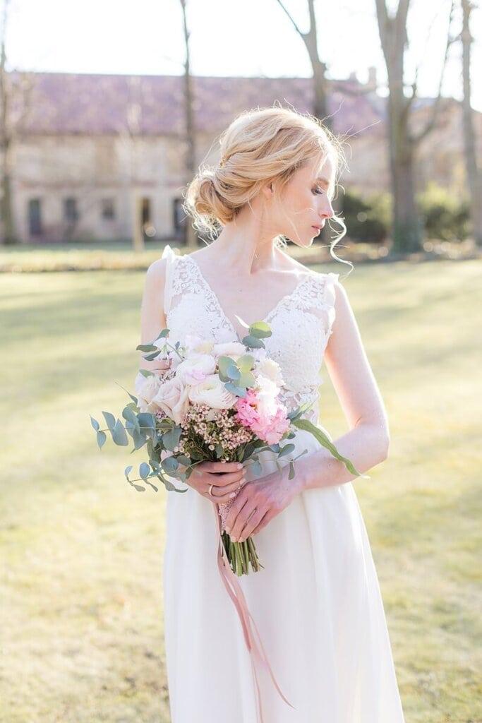 Braut mit Brautstrauß schaut zur Seite