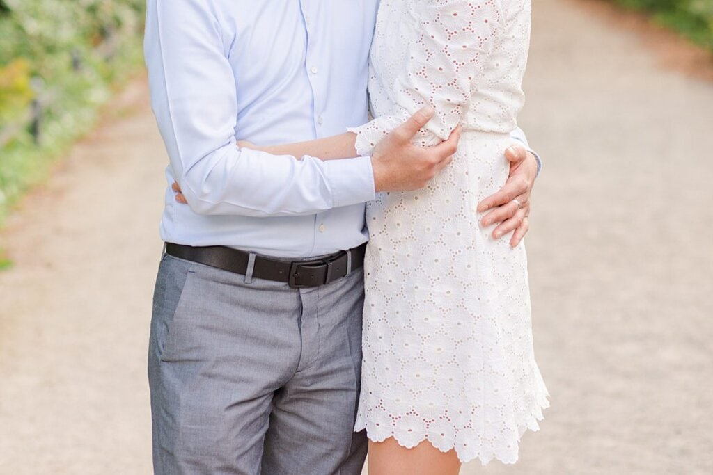 Unterkörper von einem Paar, welches sich umarmt