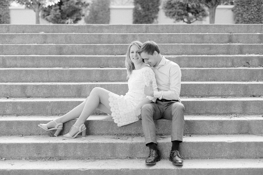 Schwarz Weiß Foto: Pärchen sitzt auf einer Treppe