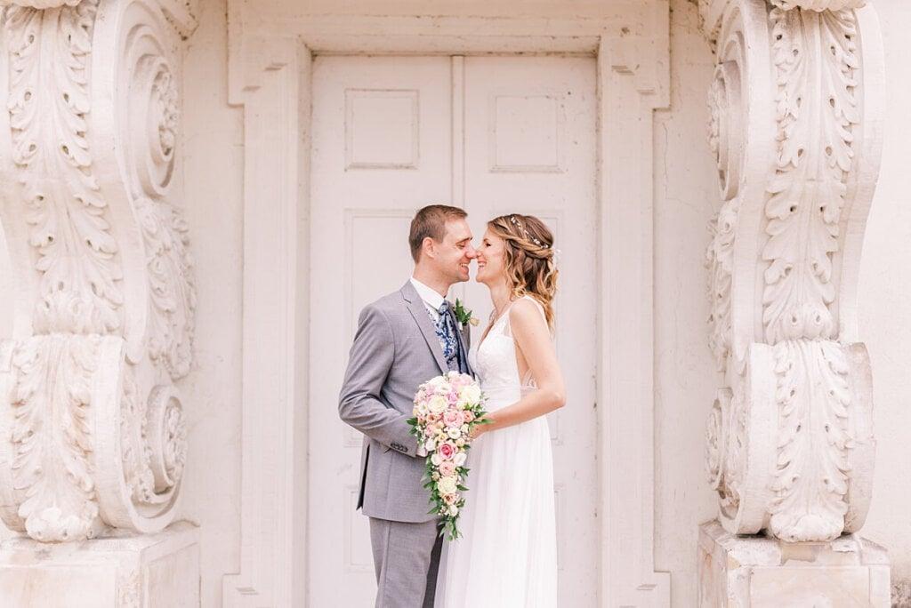 Brautpaar vor einer weißen Tür